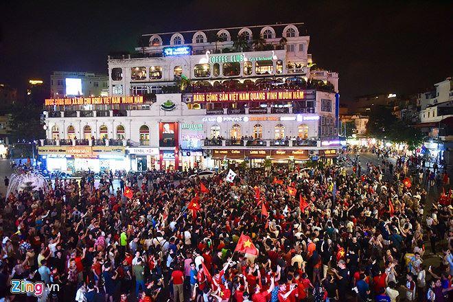 Hàng trăm người đổ xô ăn mừng chiến thắng tại Hàm Cá mập, Hà Nội.
