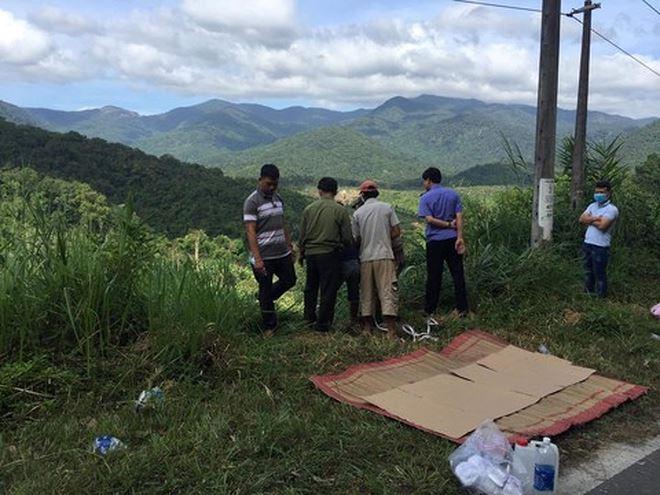 Lực lượng chức năng đang tìm cách đưa thi thể nạn nhân từ vực lên (Ảnh: Phương Nam)