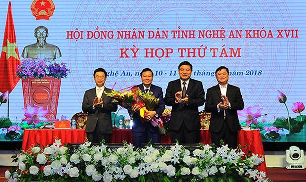 Lãnh đạo HĐND, Tỉnh ủy, UBND tỉnh Nghệ an tặng hoa chúc mừng ông Lê Hồng Vinh.