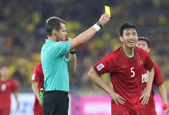 Đoàn Văn Hậu nhận thẻ vàng ở trận đấu với Malaysia