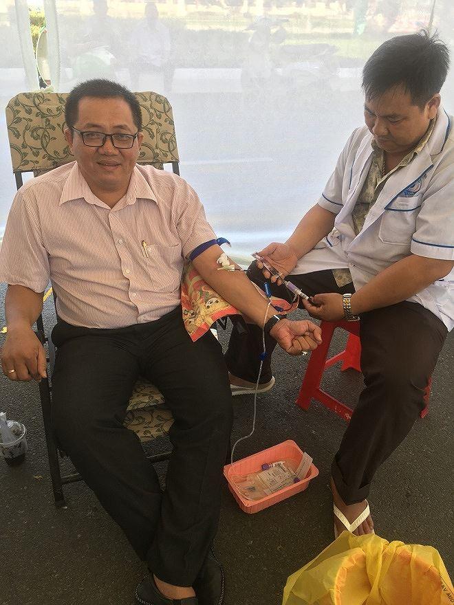 Số lần hiến máu nhân đạo của anh Giang Tuấn Anh (bên trái) nhiều hơn cả tuổi đời