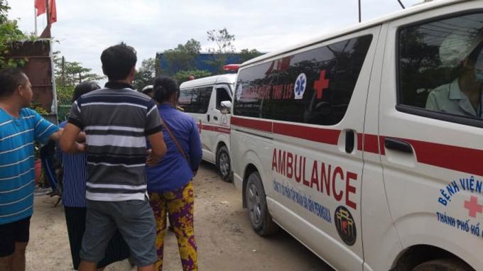 Xe cứu thương chở 2 thi thể nạn nhân rời khỏi hiện trường vụ nổ
