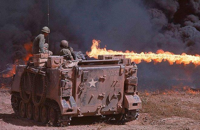 Lính Mỹ dùng súng phun lửa tấn công các miệng hầm