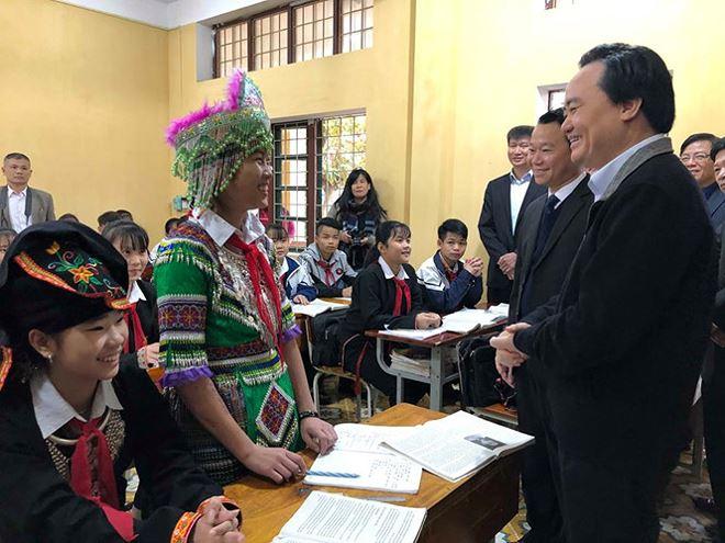 Các em học sinh rất tự tin chia sẻ với Bộ trưởng những mong muốn về chương trình học tập cũng như định hướng tương lai.