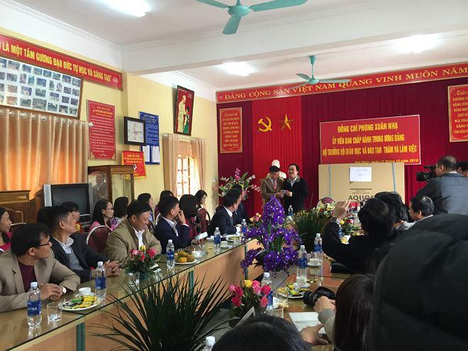 """Bộ trưởng Phùng Xuân Nhạ tặng Hiệu trưởng các trường Clip Chương trình""""Cơ thể của tớ là của tớ"""" để mong các trường đổi mới cách giáo dục giới tính cho học sinh"""
