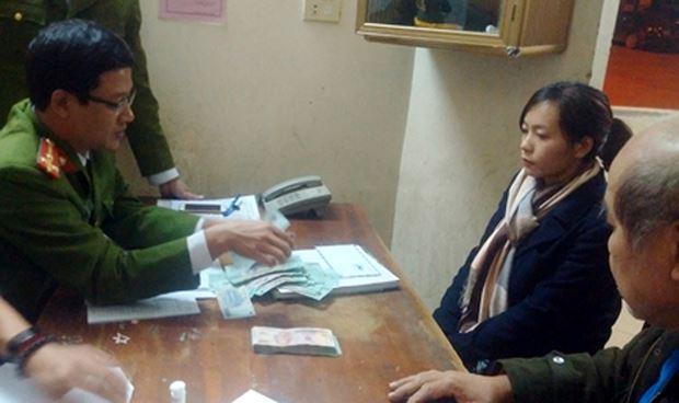 Chị Phan Thị Phương Hảo trình báo, giao lại số tiền nhặt được cho cơ quan Công an.
