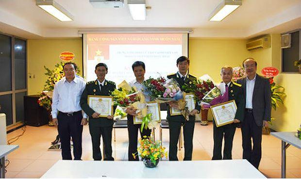 Đại diện Bộ Tư pháp tặng hoa và giấy khen cho các cá nhân có nhiều đóng góp cho hoạt động của Bộ