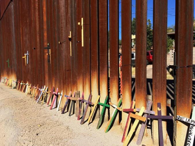 Bộ thánh giá bằng gỗ tưởng nhớ những người thiệt mạng trên đường di cư đến Mỹ được đặt tại dưới chân hàng rào biên giới ở Nogales, bang Sonora, Mexico. Ảnh: Reuters