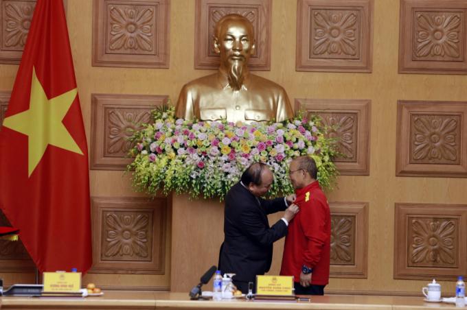 Thủ tướng traoHuân chương Hữu nghị cho HLV Park Hang Seo