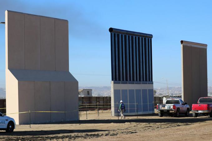 3 trong số 8 mẫu tường biên giới mới được trưng bày ở khu vực biên giới tại San Diego, bang California tháng 10/2017. Ảnh: Reuters