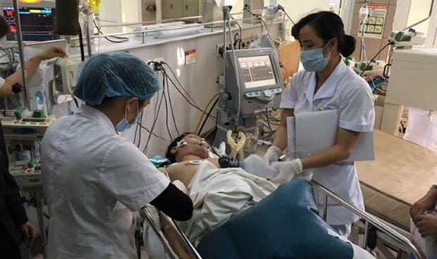 Bệnh nhân ngộ độc rượu nặng được điều trị tại BV Bạch Mai (Ảnh Thúy Anh).