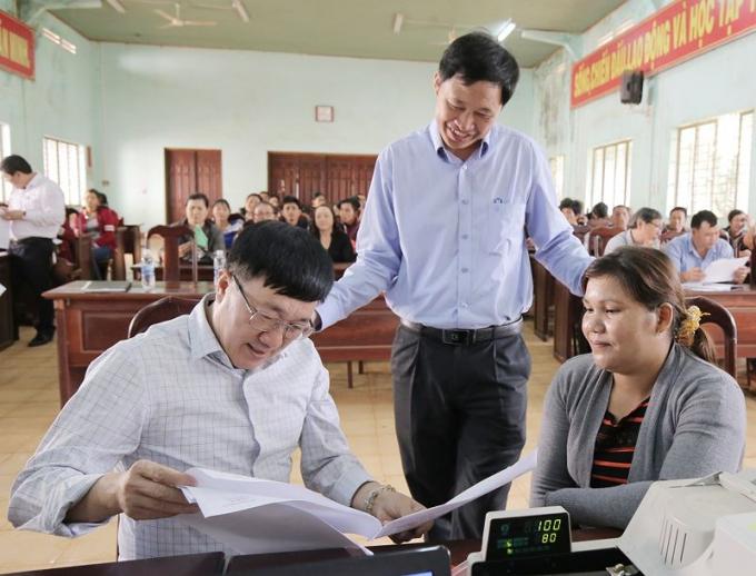 Tổng Giám đốc Dương Quyết Thắng (người ngồi, bên trái) đang trao đổi với chị Kpă HThứi - Tổ trưởng Tổ tiết kiệm và vay vốn thôn Hrãi Dõng 1 (thị trấn Nhơn Hòa, huyện Chư Pưh, Gia Lai)