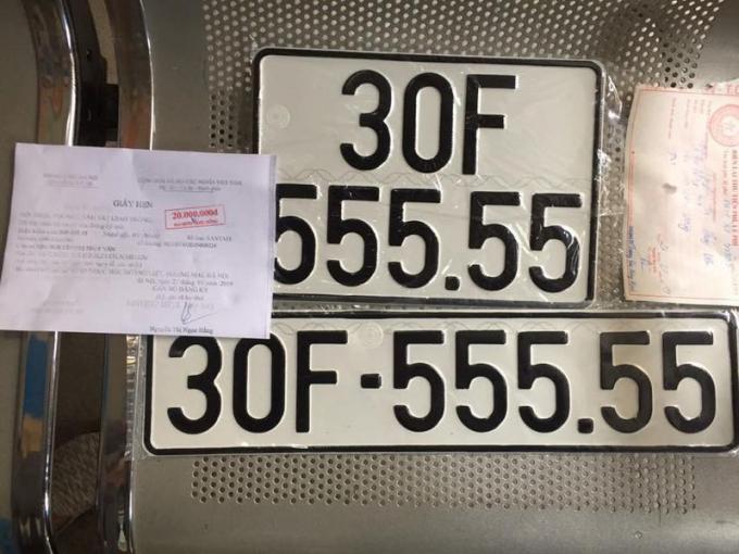 Thông tin chiếc Hyundai Santa Fe 2019 mới mua tại một đại lý tại Hà Nội vừa đăng ký sở hữu biển số đẹp ngũ quý 30F-555.55 khiến giới chơi xe xôn xao. Chiếc xe Santa Fe đời 2019 vừa sở hữu biển số cực khủng trên được giới mua bán xe đánh giá có thể giao dịch ở mức 3 tỷ đồng. Được biết, chủ xe HyundaiSanta Fe này đã đi đăng ký biển số và thực hiện việc bốc biển ngẫu nhiêntạitrụ sở đăng ký xe của Phòng Cảnh sát giao thông CATP Hà Nội cơ sở số 5 Ngọc Hồi. (Ảnh: Autopro)