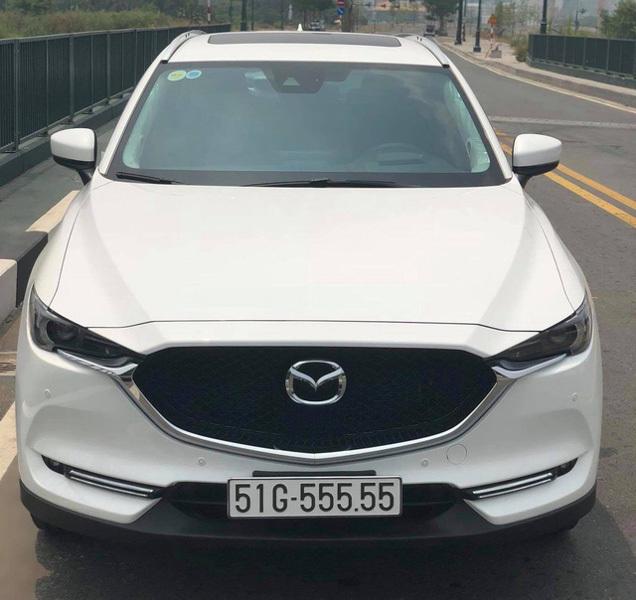 Giữa tháng 4/2018, một chiếcMazda CX-5 2018 đã được chủ nhân có ''bàn tay vàng'' bốc biển kiểm soát tứ quý 5. Trước đó, khi đã lăn bánh được khoảng 500 km, chiếc CX-5 2018 nàychào giá 2,4 tỷ đồng.Mazda CX-5 biển số 51G - 555.55 hoàn toàn được chủ nhân bốc biển một cách ngẫu nhiên, xethuộcthế hệ mới đã được ra mắt tại Việt Nam vào giữa tháng 11/2017. (Ảnh: Dân Việt)
