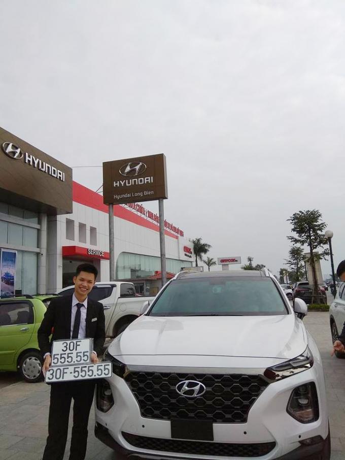 Chủ nhân của chiếc Hyundai Santa Fe 2019 nàythật sự rất may mắn mới có thể bốc được tấm biển độc đắc30F-555.55. Theo quan niệm phương Đông, số 5 mang ý nghĩa sinh sôi, nảy nở, luôn giúp tiền tài, sự nghiệp của chủ xe được phát triển mạnh mẽ. Bên cạnh đó, số 5 còn tượng trưng cho Ngũ hành -Kim, Mộc, Thủy, Hỏa, Thổ. (Ảnh: Autopro)