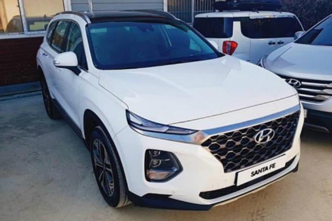 Hyundai Santa Fedường như là mẫu xe rất may mắn khi từng sở hữu những biển số ngũ quý siêu đẹp. Điểm chung của những chiếc Santa Fe bốc được biển ngũ quý là đều có màu sơn ngoại trắng. (Ảnh: Top Rider)
