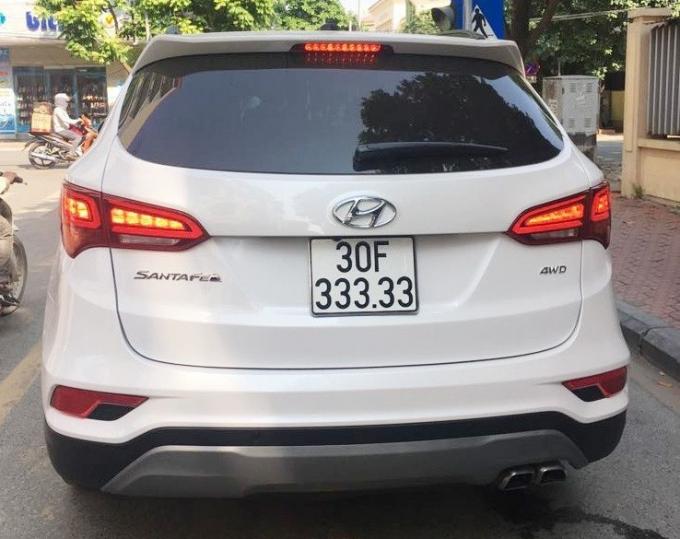 Tháng 8/2018, tại Hà Nội, một khách hàng mua Hyundai SantaFe đời 2018 đã may mắn bốc được biển số ngũ quý 3 siêu khủng 30F-333.33. Chủ chiếc Hyundai SantaFe này đã bốc biển ngẫu nhiên tại Đội đăng ký xe ô tô số 4 (địa chỉ số 2 đường Nguyễn Khuyến, Văn Quán, Hà Đông, Hà Nội). Theo một số thông tin, ngay sau khi bốc được biển số khủng, chủ xe đã rao bán chiếc xe này tới 2,5 tỷ đồng, cao gần gấp đôi so với giá lăn bánh thực tế của chiếc xe. (Ảnh: NĐT)