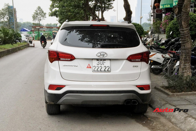 Trước đó ít lâu, vào tháng 6/2018, một chiếc Hyundai SantaFe khác cũng đã bốc được biển ngũ quý khủng 30F-222.22 khiến cộng đồng mạng xôn xao. Ngay lập tức, nó đã được định giá tới hơn 2 tỷ đồng, tức gần gấp đôi giá mua gốc.