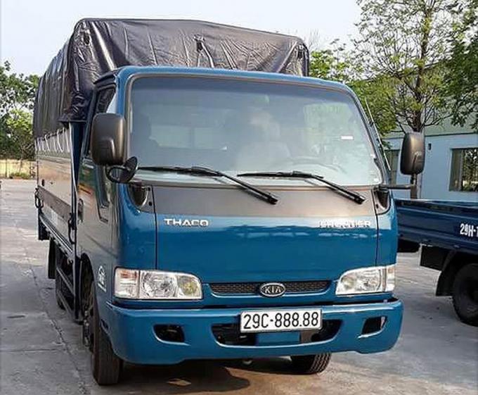 Trước đó, một chiếc xe tải cũng do Thaco lắp ráp sản xuất là Kia Frontier cũng đã may mắn bốc được biển số ngũ quý 29C-888.88. Người đăng tải thông tin lên một diễn đàn ôtô cho biết, đây là biển số bấm ngẫu nhiên và may mắn bốc trúng được. Có những người vẫn còn nghi ngờ về việc chiếc xe tải biển ngũ quý 8. Tuy nhiên, theo tờ giấy hẹn của phòng CSGT - Công an TP Hà Nội thì thông tin về cả xe và biển là chính xác. (Ảnh: Hội xe tải Tây Bắc).