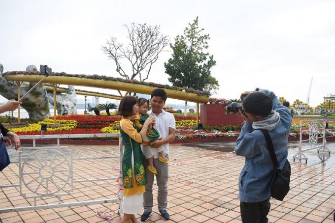 Nhiều gia đình chọn ghi lại khoảnh khắc tại đường hoa xuân với Cầu Vàng mô phỏng