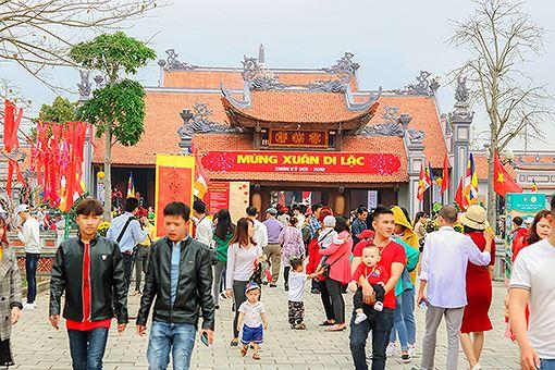 Rất đông du khách đi lễ chùa đầu năm