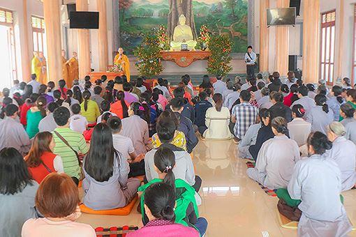 Người dân, phật tử làm lễ Cầu An vào ngày mồng 1 đầu năm.