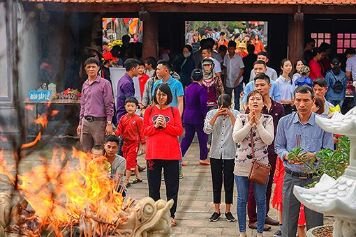 Ngôi chùa hơn 700 năm tuổi tấp nập du khách ngày đầu năm