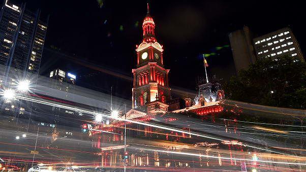 Quảng trường Sydney bừng sáng trong sắc đỏ ngày xuân (Ảnh: CNN)