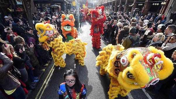 Múa sư tử tại thủ đô London, Anh. London là nơi có cộng đồng người Hoa đông đảo ở ngoài châu Á (Ảnh: CNN)