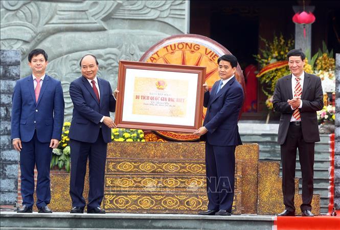 """Thủ tướng Nguyễn Xuân Phúc trao Bằng xếp hạng di tích Quốc gia đặc biệt"""" Gò Đống Đa""""."""