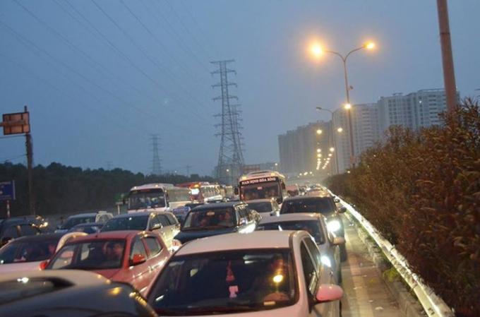 Tối ngày mùng 4 Tết Nguyên đán, cao tốc Pháp Vân- Cầu Giẽ ùn tắc nghiêm trọng chưa từng có, chủ đầu tư buộc phải xả trạm.