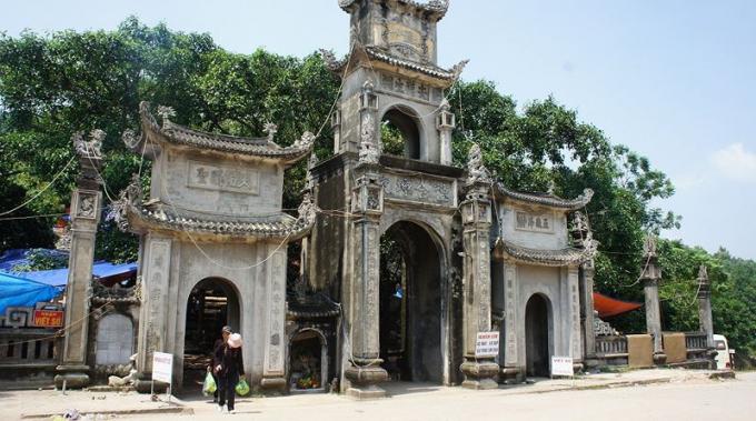 Đền Sinh - Đền Hóa tọa lạc trên sườn núi Ngũ Nhạc kỳ vĩ thuộc xã Lê Lợi, thị xã Chí Linh