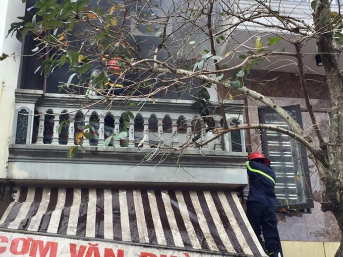 Cán bộ chiến sỹ Phòng Cảnh sát PCCC tiến hành giải cứu nạn nhân bị mắc kẹt bên trong ngôi nhà.
