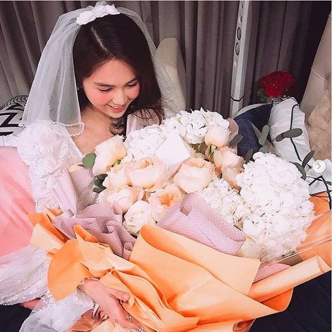 Ngọc Trinh được bạn trai tặng bó hoa lớn nhân ngày Valetine