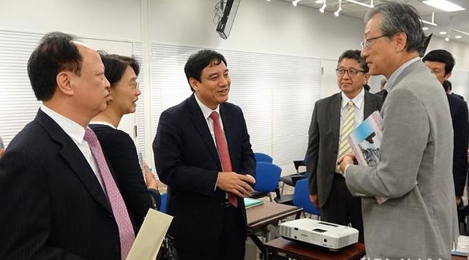 Ủy viên Trung ương Đảng, Bí thư Tỉnh ủy Nghệ An Nguyễn Đắc Vinh (thứ 3 từ trái sang) trao đổi với nhà đầu tư nước ngoài đến tìm hiểu đầu tư vào Nghệ An.