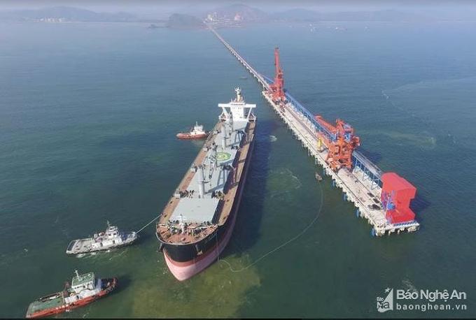"""Nhiều công trình lớn được hình thành từ việc kêu gọi đầu tư. Trong ảnh: Cảng Nghi Thiết đón tàu """"khủng"""".Ảnh báo Nghệ An"""