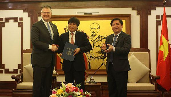 Đại sứ Hoa Kỳ tại Việt Nam Daniel J. Kritenbrink trao thư của FAA tới Cục trưởng Cục Hàng không Việt Nam Đinh Việt Thắng và chúc mừng Việt Nam đạt được xếp hạng an toàn hàng không loại 1. Ảnh: ĐSQ Mỹ tại Việt Nam.