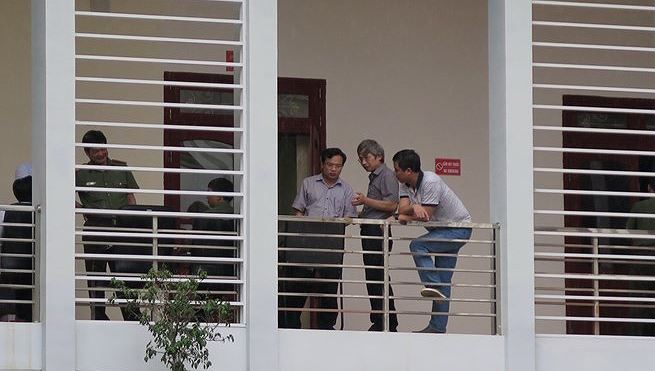 Tổ công tác làm nhiệm vụ xác minh điểm thi tại Sơn La. (Ảnh: Hữu Quyết/TTXVN)