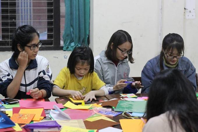 Các bạn sinh viên ACE dạy các em làm thiệp năm mới tại làng trẻ SOS Hà Nội