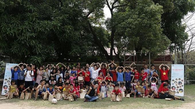 """Các bạn trẻ ACE và các em nhỏ trong chương trình """"Nụ cười cho em"""" tại làng trẻ SOS. Nguồn: CLB"""