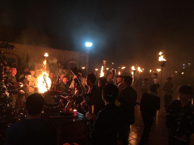 Thiêng liêng tục truyền lửa đầu năm