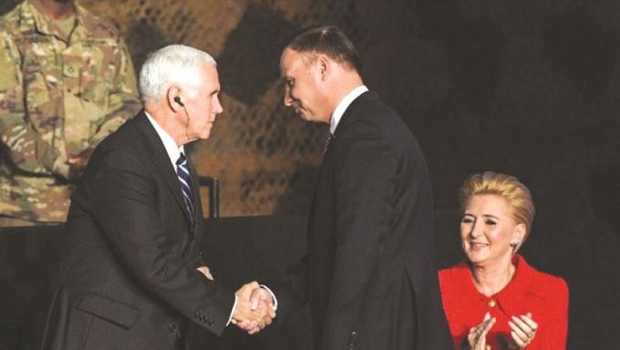 Phó Tổng thống Mỹ Mike Pence bắt tay Tổng thống Ba Lan Andrzej Duda.