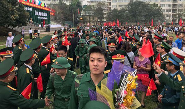 Những chiến sĩ trẻ hào hứng lên đường nhập ngũ tại buổi Lễ giao, nhận quân 20/2/2019, tại quận Cầu Giấy, Hà Nội.