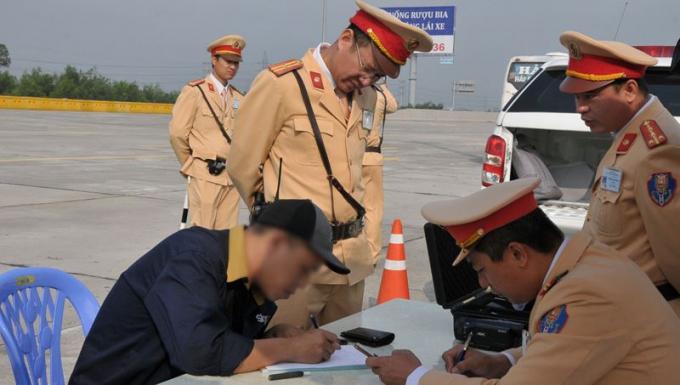 Đội tuần tra làm việc với tài xế T. Ảnh: Cục Cảnh sát giao thông.