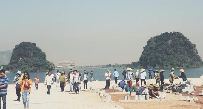 Tấp nập người về vãn cảnh chùa Tam Chúc dù đang thi công