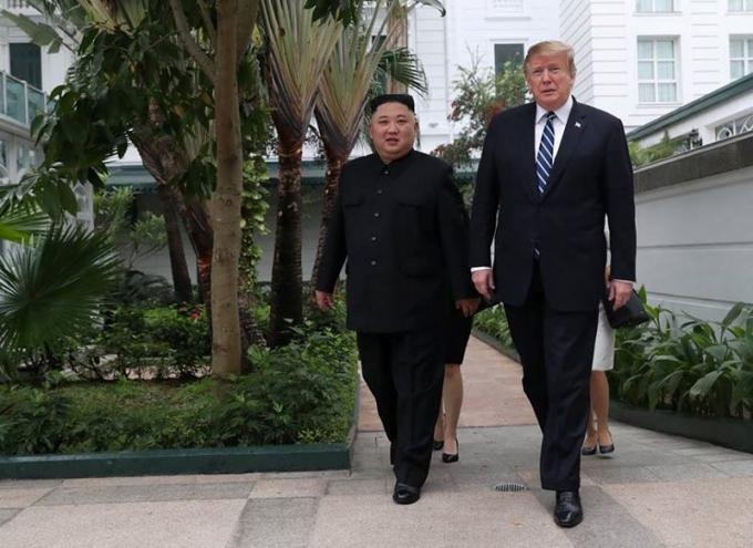 Chủ tịch Triều Tiên Kim Jong-un và Tổng thống Mỹ Donald Trump đi dạo tại cuộc họp ngày 28/2.