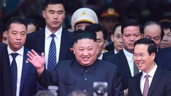 Chủ tịch Triều Tiên Kim Jong Un vẫy chào người dân Việt Nam khi đặt chân xuống ga Đồng Đăng, Lạng Sơn trước ngày dự Hội nghị Thượng đỉnh với Tổng thống Mỹ Donald Trump.(Ảnh: Báo Giao thông)