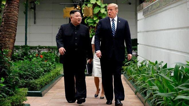 Tổng thống Donald Trump và Chủ tịch Kim Jong Un trò chuyện thân mật trong khuôn viên Khách sạn Metropole.