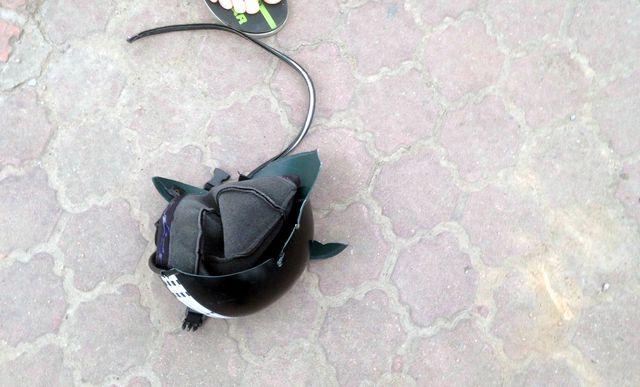 Chiếc mũ bảo hiểm của nạn nhân vỡ tan.