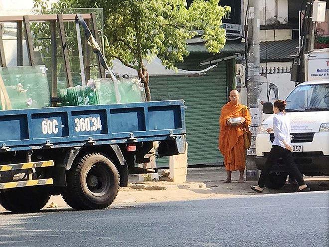 Người đàn ông tự xưng pháp danh Phước Cảnh đang khất thực ở trung tâm TP Biên Hòa.
